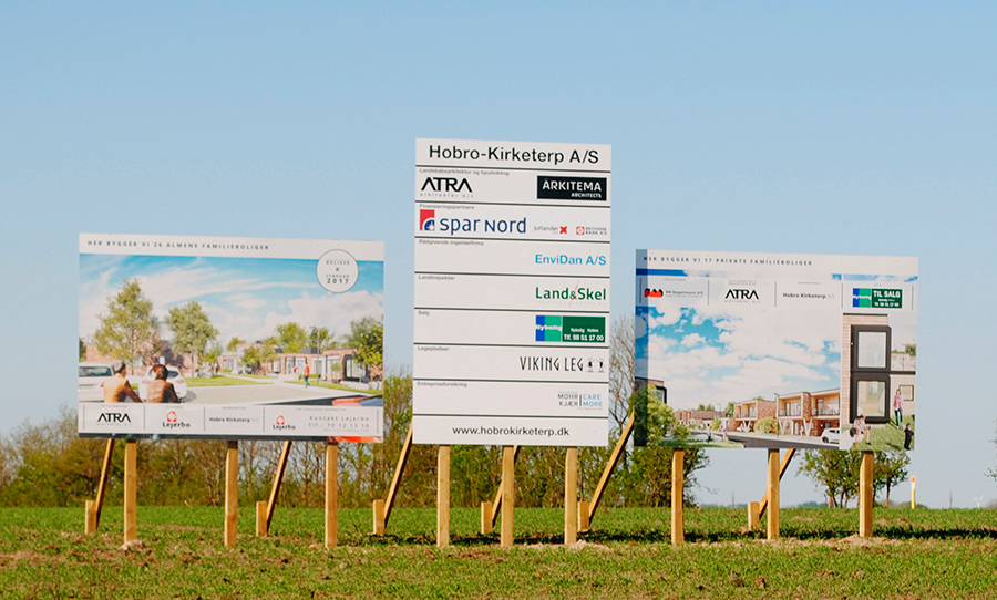 Byggepladsskilte hos Kirketerp udstykningen i Hobro.